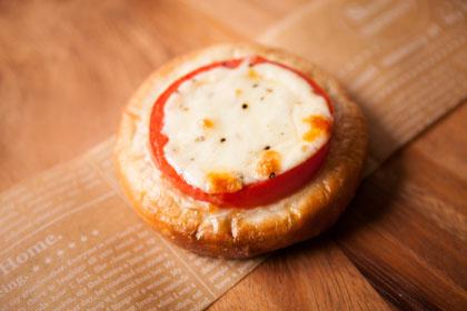厚切りトマトと北海道モッツァレラチーズの胡桃パン