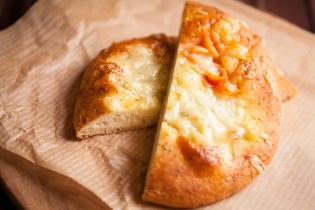 バジルとトマトクリームの2色のマカロニピザ