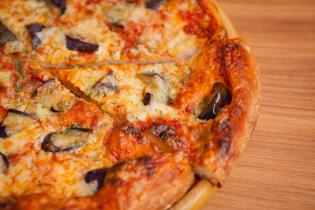 揚げ茄子とベーコンのピザ