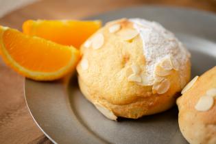 紅茶ホワイトチョコ、オレンジにアーモンドのパン